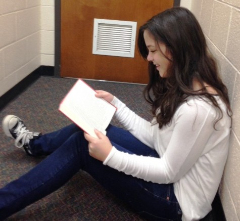 Freshman Mary Kate Schwaemmle reads Paper Towns in preparation for the movie.